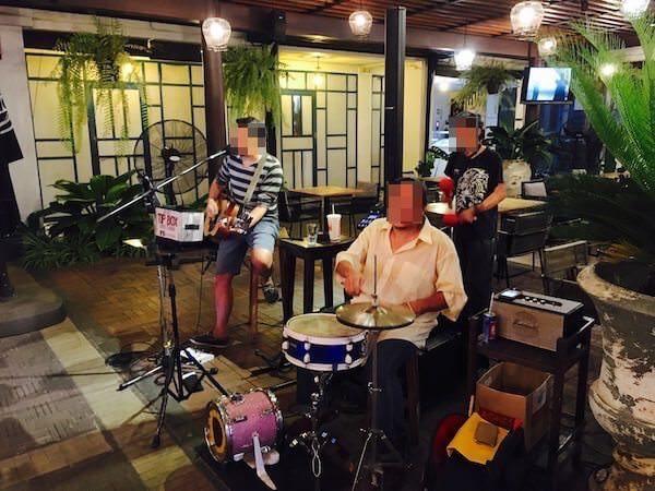 バーン チャート ホテル(Baan Chart Hotel)併設レストランの生バンド