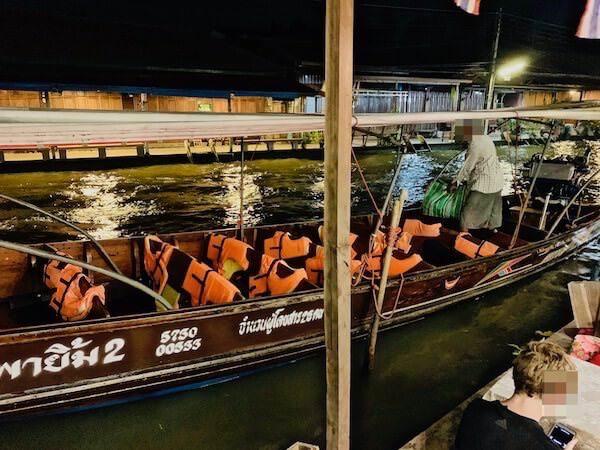 バアンラク アムパワー(Baanrak Amphawa)の共用テラスに来たクルーズ用ボート