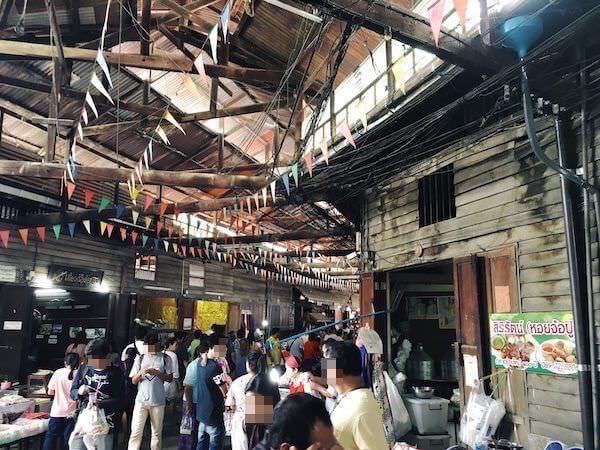百年市場を観光する多くのタイ人