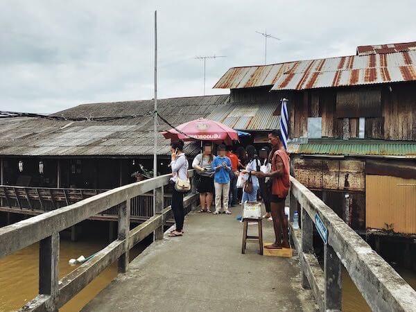 橋から見た百年市場の外観