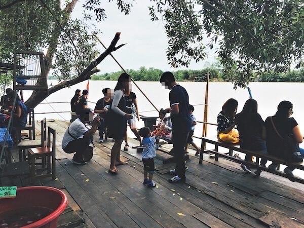 バンパコン川沿いで楽しむ家族連れ観光客