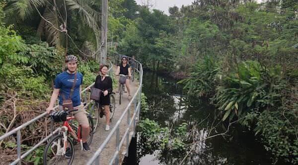 バーンガジャオでサイクリングしている外国人観光客達