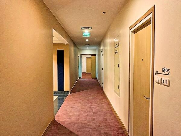 エレファントタワー併設の「イヤリン@トゥック チャン ラチャヨーティン ホテル」の通路