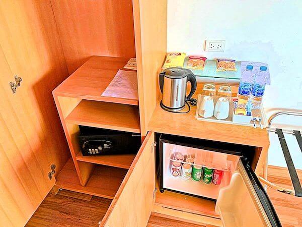 エレファントタワー併設の「イヤリン@トゥック チャン ラチャヨーティン ホテル」の客室の冷蔵庫ミニバーとクローゼット