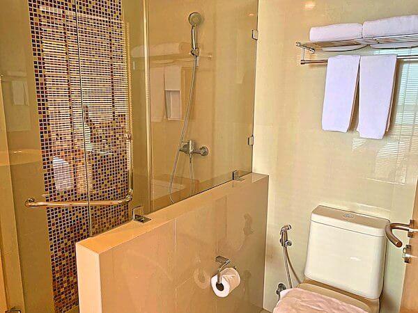 エレファントタワー併設の「イヤリン@トゥック チャン ラチャヨーティン ホテル」のシャワールーム1