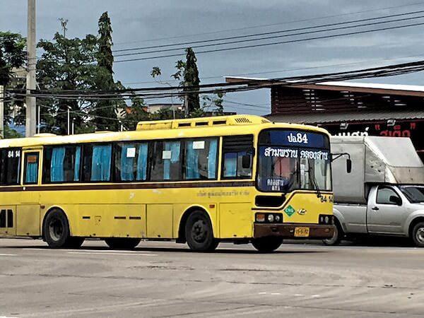 84番の黄色エアコンバス