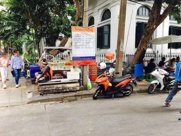 バンコク マリオット スリウォン近くで待機しているモーターサイ