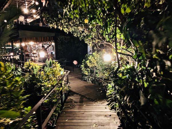 夜のライトアップされたバンコクツリーハウス1