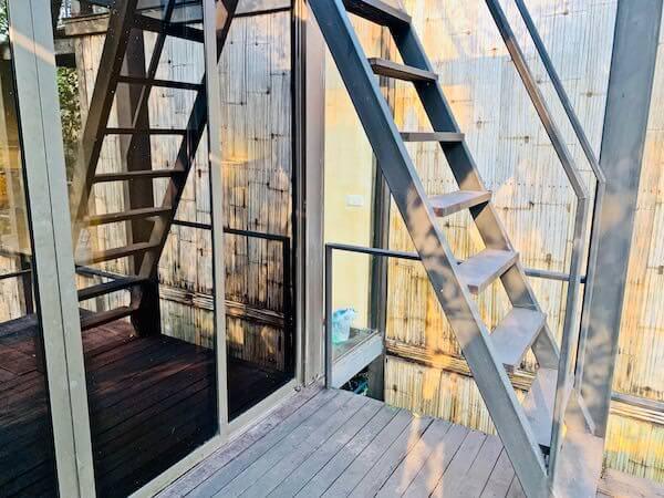 バンコク ツリー ハウス(Bangkok Tree House)の屋上テラスへ続く階段