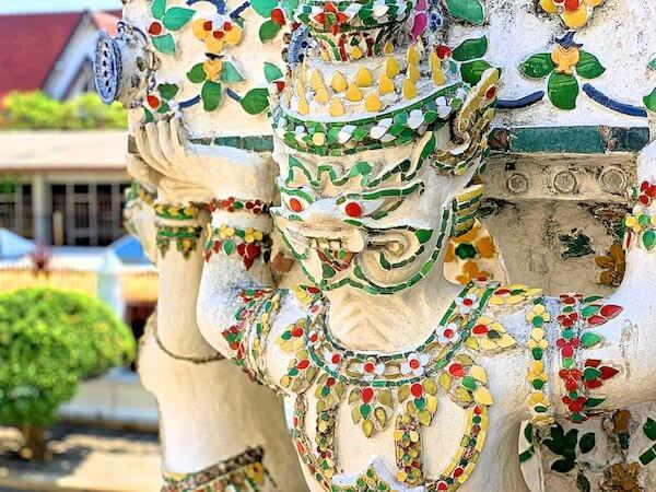 ワットアルンの巨大仏塔に装飾されたインドラ神