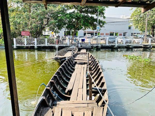 木製の船を2艇繋げた橋