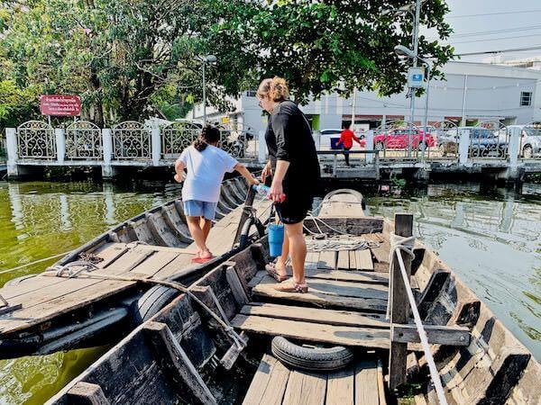 木製船の橋を渡るタイ人親子