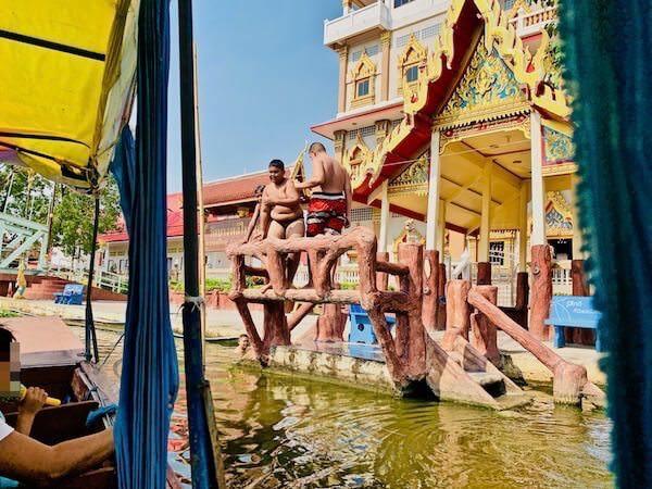サムローン運河で遊ぶ少年達