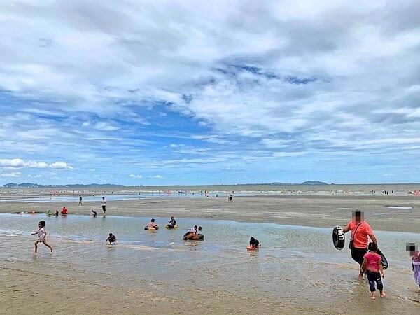 バンセンビーチで泳ぐタイ人達