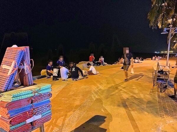 バンセンビーチ南側にてたむろしているタイ人大学生達