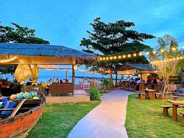 ビーチ沿いのお洒落なレストラン1