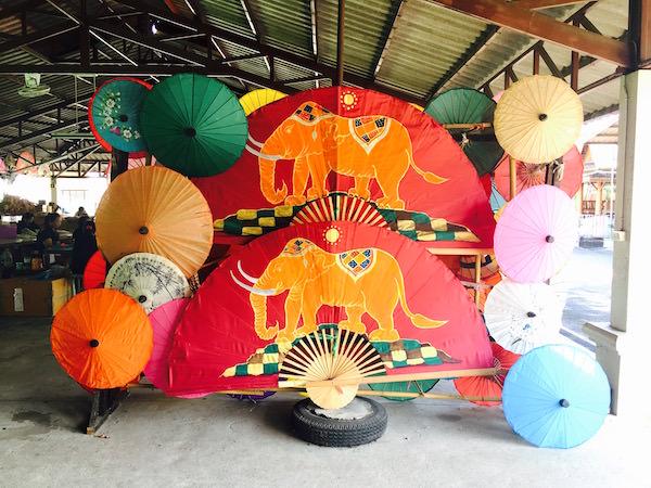 工房で作られた扇子と傘
