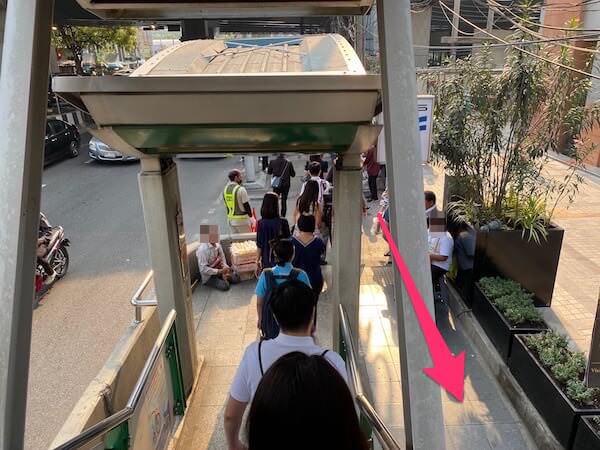 BTSプルンチット4番出口の階段