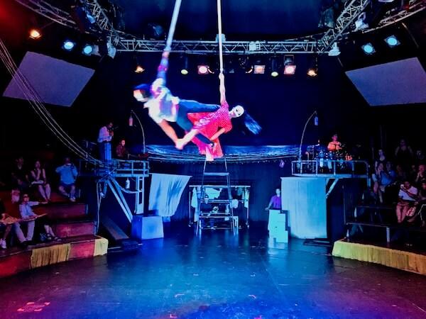 カンボジアサーカスファーの空中ブランコ