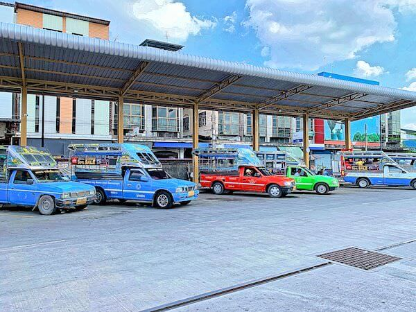 チャチュンサオバスターミナルに並ぶソンテウ