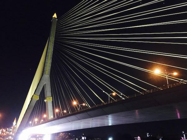チャオプラヤー川クルーズ中に見えるラマ8世橋