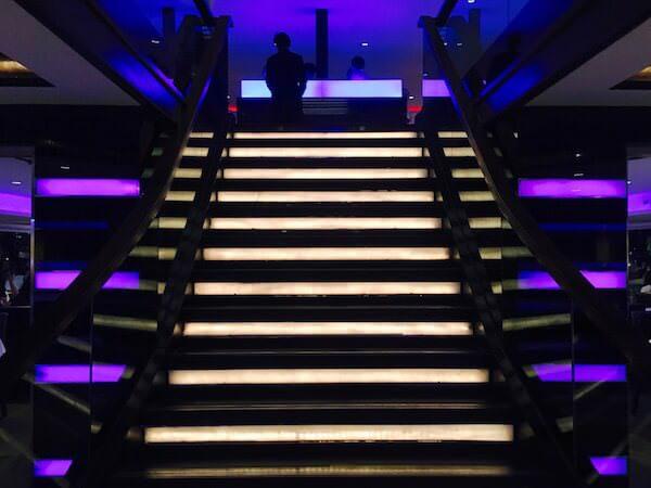 1階からアッパーデッキに上がる階段