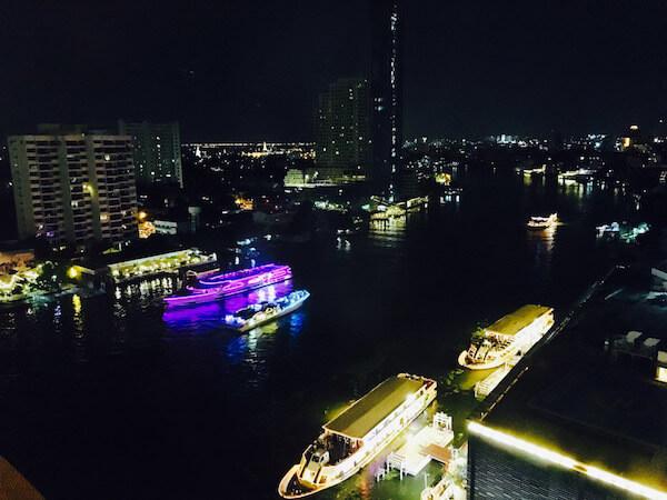 チャオプラヤー川を行き来するクルーズ船
