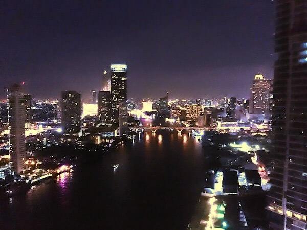 チャトリウム ホテル リバーサイド バンコク (Chatrium Hotel Riverside Bangkok)のスカイバーから見えるチャオプラヤー川の夜景
