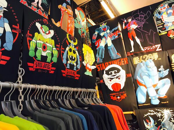 チャトゥチャックウィークエンドマーケットで売られている日本のアニメキャラTシャツ