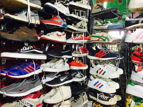 チャトゥチャックウィークエンドマーケットの中古靴ショップ