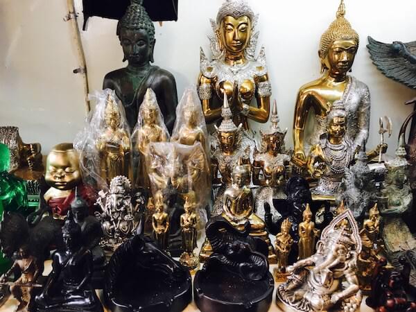 チャトゥチャック・ウィークエンドマーケットで売られている仏陀のオブジェ
