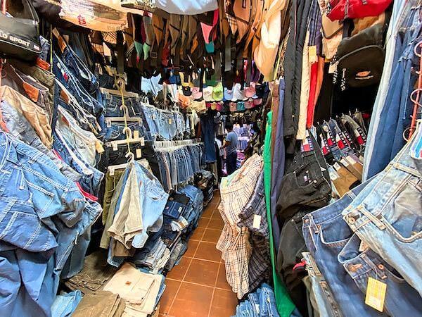 チャトゥチャックウィークエンドマーケットにあるデニム専門の古着ショップ