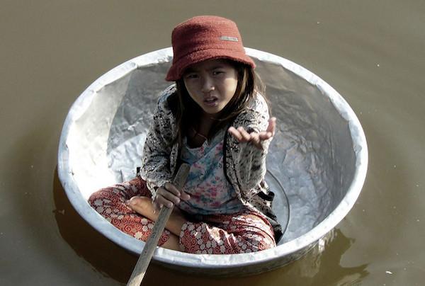 桶に乗っているベトナム人
