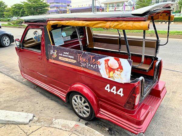 クラシック カメオ ホテル アンド サービスド アパートメンツ アユタヤ (Classic Kameo Hotel and Serviced Apartments, Ayutthaya)の前に待機しているトゥクトゥク