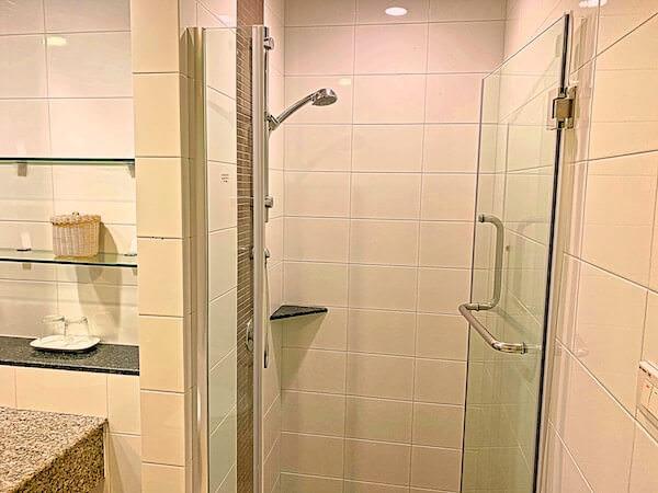 クラシック カメオ ホテル アンド サービスド アパートメンツ アユタヤ (Classic Kameo Hotel and Serviced Apartments, Ayutthaya)のシャワーブース