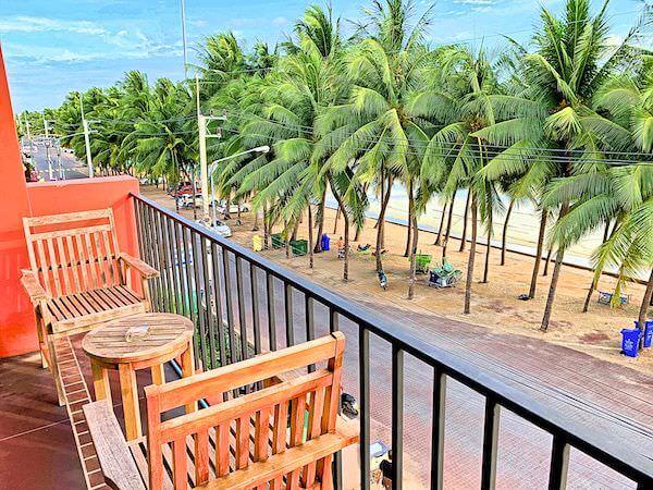 コースト バンセーン(Coasta Bangsaen)のバルコニーから見えるバンセンビーチ