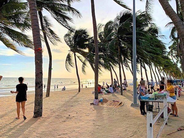 コースト バンセーン(Coasta Bangsaen)目の前のビーチロード