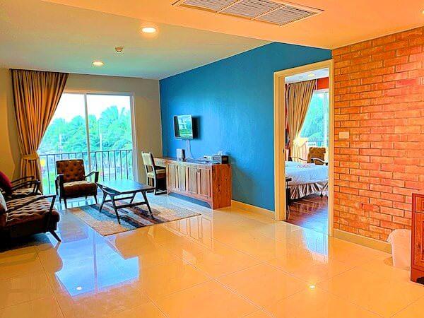コースト バンセーン(Coasta Bangsaen)の客室リビングルーム1