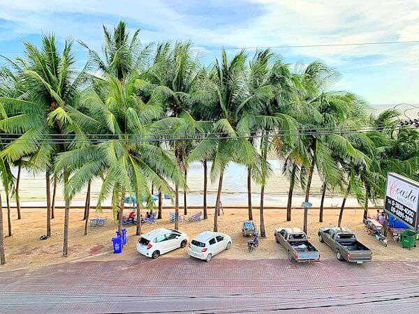 コースト バンセーン(Coasta Bangsaen)のベッドルームバルコニーから見える海