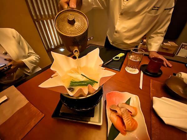 コンラッド バンコク(Conrad Bangkok)のきさら(Kisara)で食べたキングサーモン石狩風紙鍋1