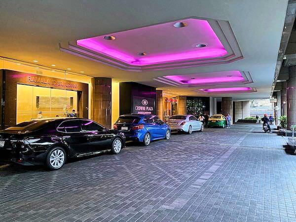クラウンプラザ バンコク ルンピニ パーク(Crowne Plaza Bangkok Lumpini Park)入り口のタクシーカウンター