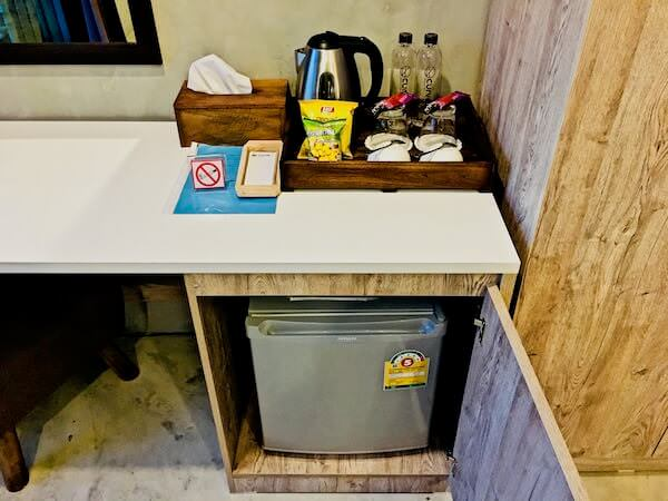 カーブ 360 ホテル カオヤイ(Curve360 Hotel Khao Yai)の冷蔵庫と無料のコーヒー