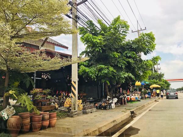 道路両脇に並んでいる陶器専門店