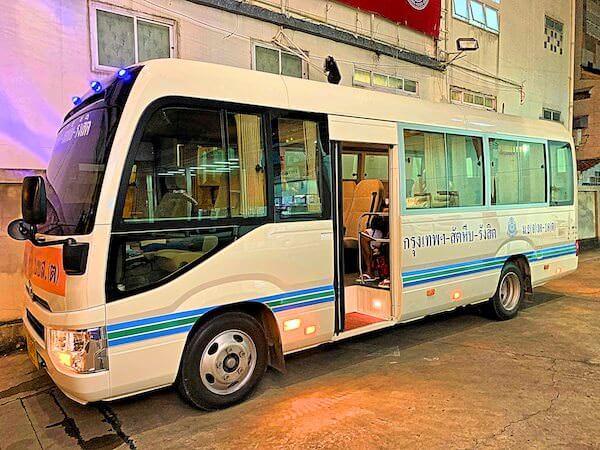 パタヤ発ドンムアン空港行きのマイクロバス外観