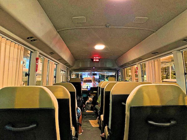 パタヤ発ドンムアン空港行きのマイクロバス車内