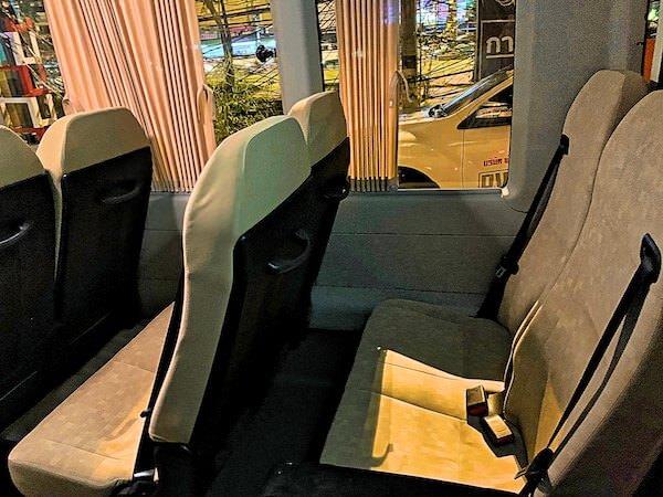 パタヤ発ドンムアン空港行きマイクロバスの座席