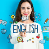「ENGLISH」の文字を触る外国人女性
