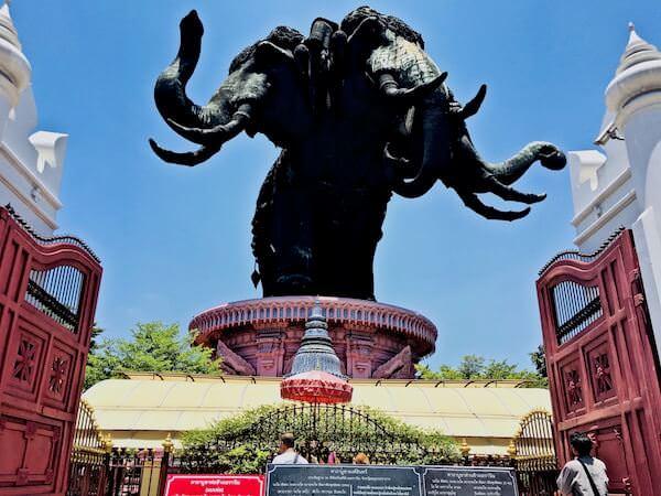 エラワン博物館にある三つの頭を持つ巨大な象
