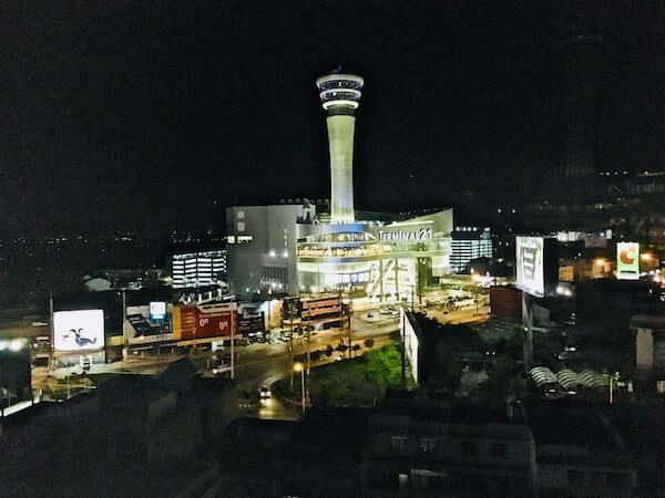 フォーチュン ラジュプルーク ホテル (Fortune Rajpruek Hotel)の客室から見える夜のターミナル21コラート