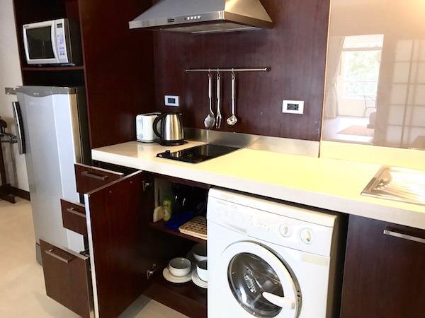 グランド メルキュール バンコク アソーク レジデンス(Grand Mercure Bangkok Asoke Residence)のキッチンとドラム式洗濯乾燥機